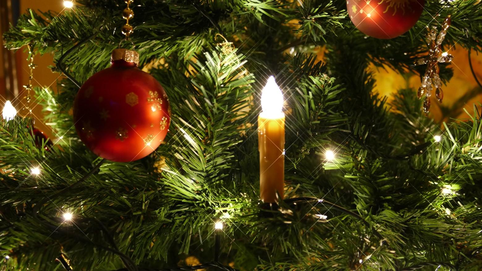 Sapin de Noël avec boule et bougie